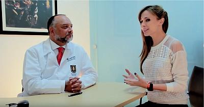 el dr camilo osorio en su consultorio